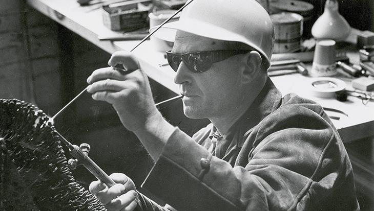 Harry Bertoia al lavoro sui metalli